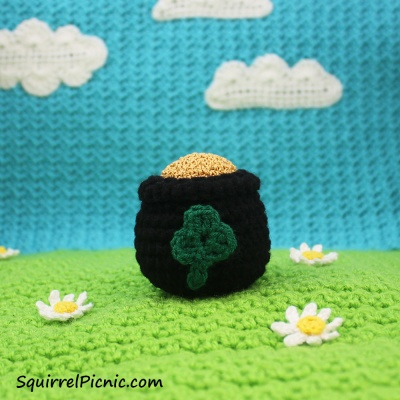 Sometimes you gotta make your own luck... so crochet a pot o' gold!